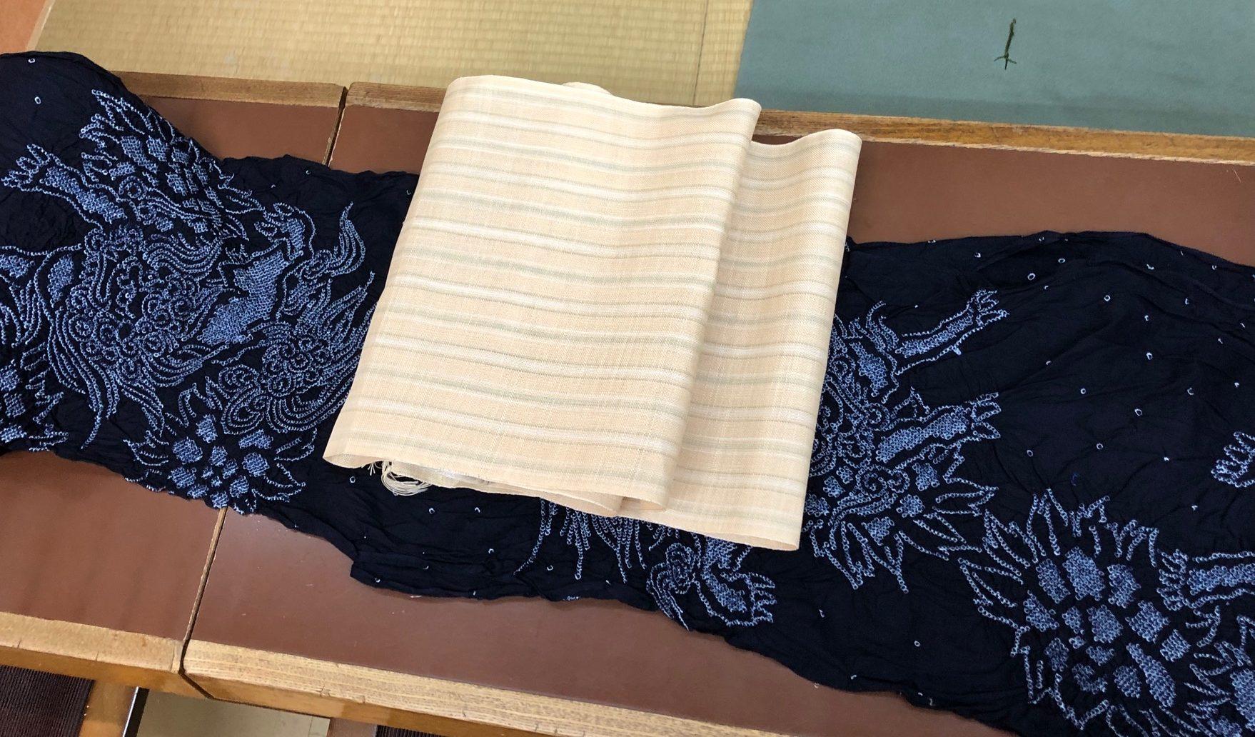 古典的な唐獅子牡丹(からじしぼたん)の絞り(しぼり)浴衣と、涼しげで薄い色の麻の帯。八寸麻帯